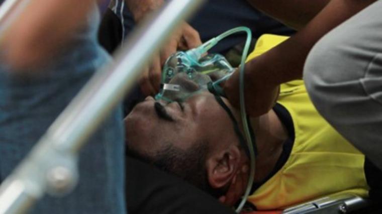 Kiper Persela Lamongan, Choirul Huda saat ditangani tim medis. (Dok: tribunnews)