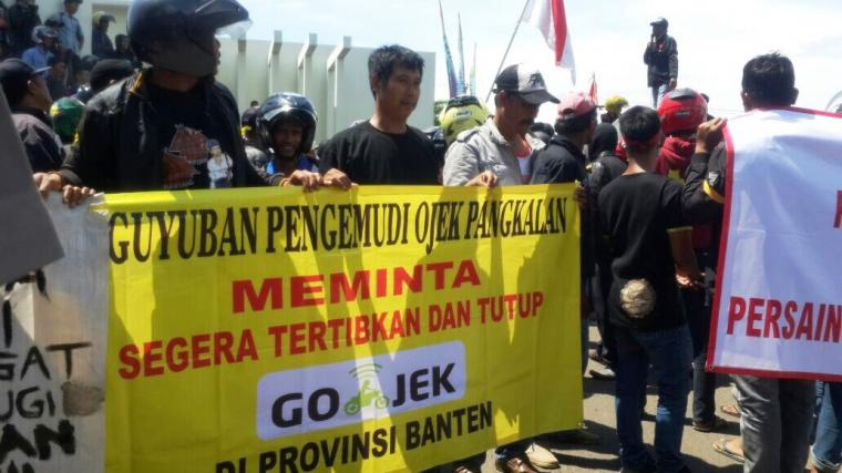 Ratusan pengendara Ojek Pangkalan berunjuk rasa di depan Kawasan Pusat Pemerintahan Provinsi Banten (KP3B), Curug,Kota Serang, Kamis (26/10/2017). (Foto: TitikNOL)