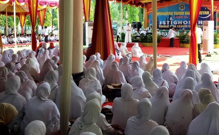 Kepala Bappeda Kota Cilegon Ratu Ati Marliati, saat memberikan sambutan dalam Istighosah dalam rangka peringatan tahun baru Islam 1439 Hijriyah di depan Kantor Walikota Cilegon. (Foto: TitikNOL)