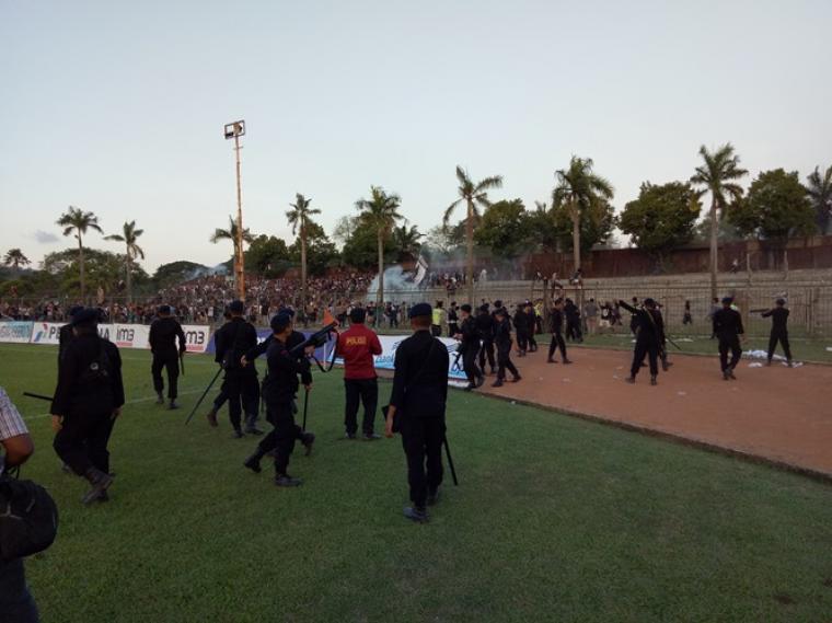 Suasana kericuhan suporter saat pertandingan PSS Sleman melawan CUFC di Stadion Krakatau Steel. (Foto: TitikNOL)