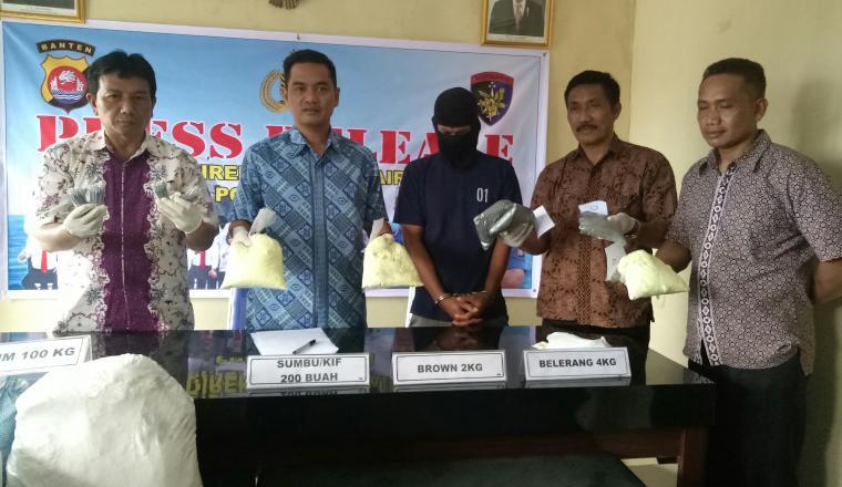 Kasubdit Gakkum Ditpolair Polda Banten AKBP Tri Panungko, menunjukan barang bukti bahan peledak. (Foto: TitikNOL)