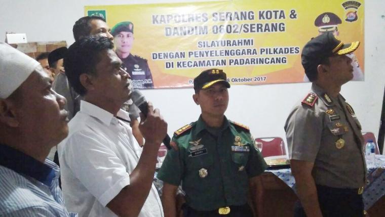 Kapolres Serang Kota, AKBP Komarudin dan Dandim 0602 Serang, Letkol Czi Harry Praptomo saat mengunjungi panitia pelaksanaan Pilkades di Kecamatan Padarincang, Kabupaten Serang. (Foto: TitikNOL)