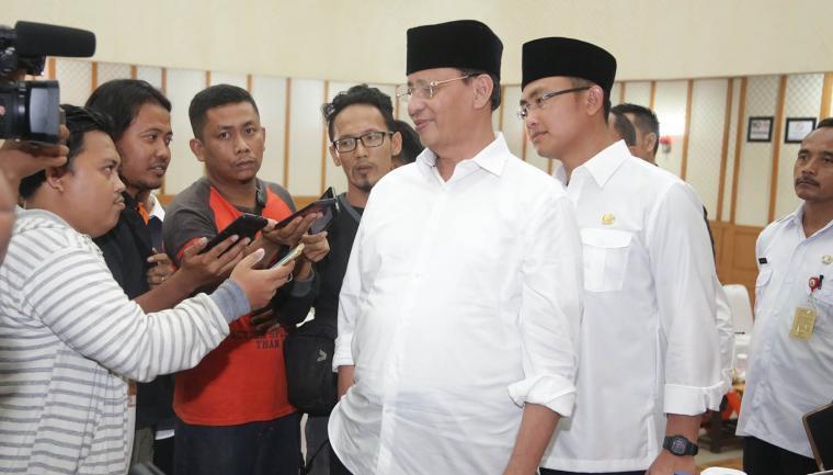 Gubernur Banten Wahidin Halim didampingi Wakil Gubernur Banten Andika Hazrumy saat dimintai keterangan oleh wartawan di Aula DPRD Kota Cilegon. (Foto: HMS)
