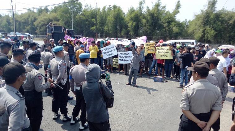 Dikawal ketat kepolisian, ratusan warga Randakari, Kecamatan Ciwandan, Kota Cilegon saat melakukan aksi unjuk rasa di depan PT JMR. (Foto: TitikNOL)