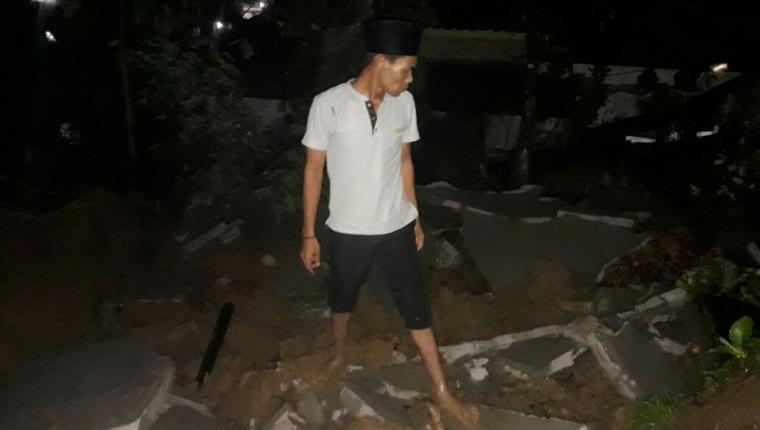 Salah seorang warga tengah melihat kondisi longsor yang terjadi di Kampung Langansari, Desa Cimandiri, Kecamatan Panggarangan, Kabupaten Lebak. (Foto: Ist)