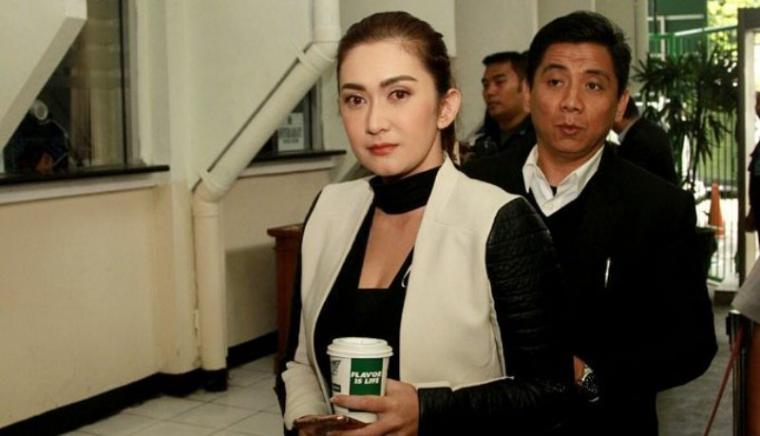 Nafa Urbach bersama kuasa hukumnya Sandy Arifin saat menghadiri proses sidang perdana perceraian di Pengadilan Negeri Jakarta Selatan. (Dok: tribunnews)