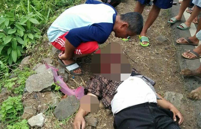 Seorang warga sedang melihat kondisi korban yang tergeletak di pinggir jalan. (Foto: Ist)