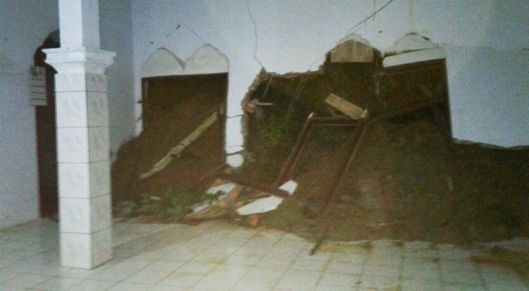 Tembok masjid mengalami kerusakan cukup parah usai dihantam tanah longsor. (Foto: Ist)