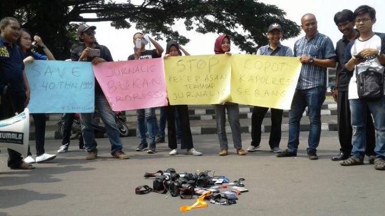 Puluhan wartawan di Kabupaten Lebak, melakukan aksi solideritas mengutuk kekerasan terhadap jurnalis. (Foto: TitikNOL)