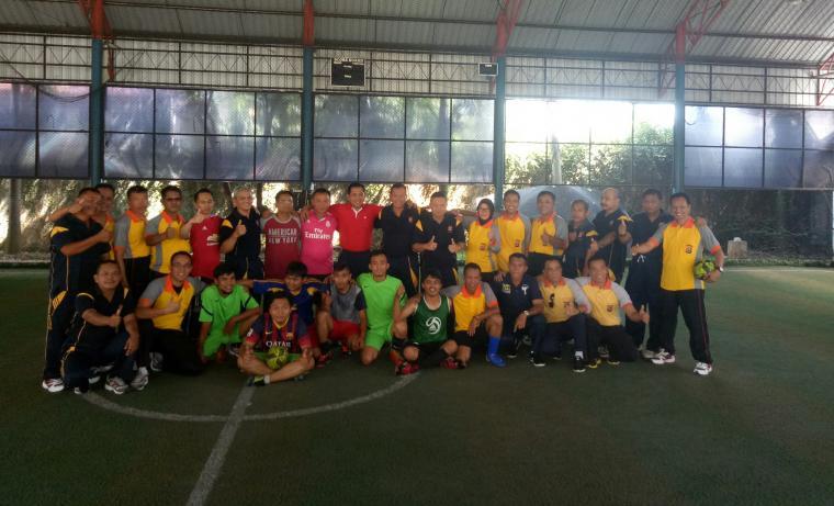Fota bersama seusai pertandingan futsal antara pokja wartawan hukrim dengan Polres Serang, Jumat (27/10/2017). (Foto: TitikNOL)