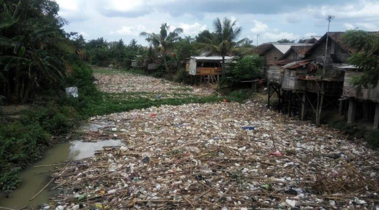 Tumpukan sampah nampak menutupi permukaan sungai Cibanten yang berada di Kampung Kroya, Kelaurahan Kasunyatan, Kecamatan Kasemen, Kota Serang. (Dok: TitikNOL)