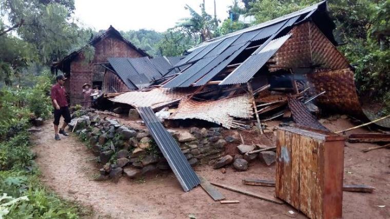 Warga sedang melihat rumahnya yang ambruk akibat terkena angin puting beliung. (Foto: Ist)