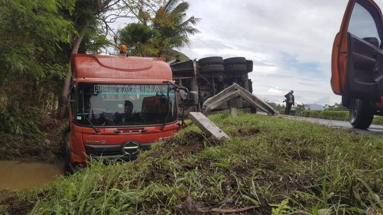 Truk tangki milik Pertamina alami kecelakaan tunggal di Jalan Tol Tangerang - Merak, di kilometer 84. (Foto: Ist)