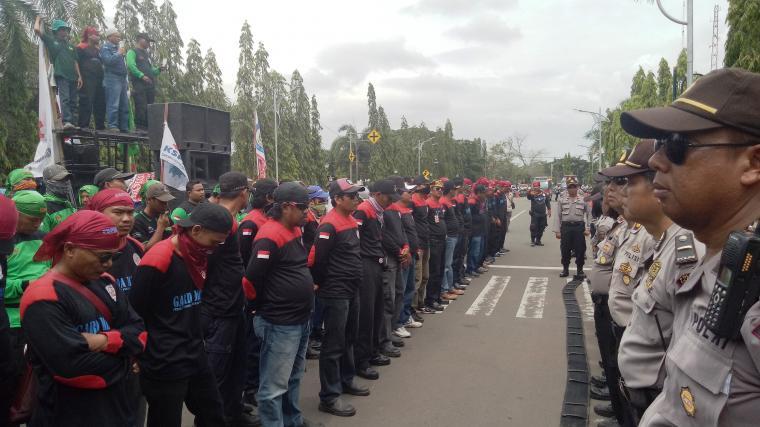 Ratusan buruh menggelar aksi unjuk rasa di Kantor Wali Kota Cilegon ditengah Rapat Pleno Penetapan UMK 2018 berlangsung. (Foto: TitikNOL)