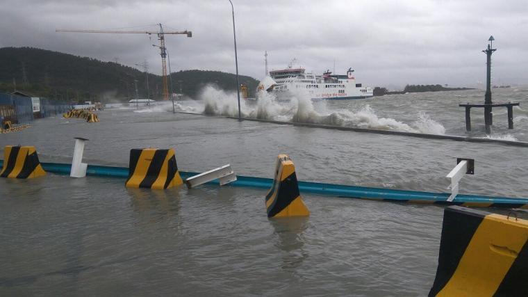 Siklon Trofis Dahlia menghantam dermaga 6 pelabuhan Merak. (Foto: TitikNOL)