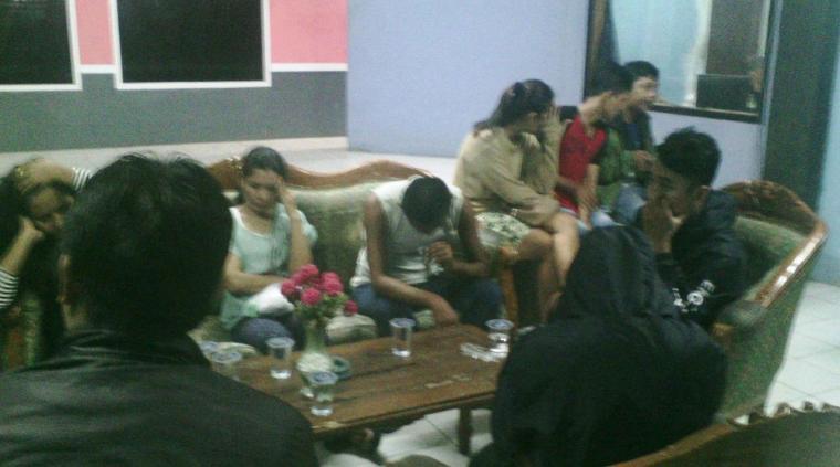 Enam pasangan bukan suami istri yang terjaring razia di sejumlah hotel di wilayah Rangkasbitung saat didata oleh petugas di kantor dinas Satpol-PP Pemkab Lebak. (Foto: Ist)