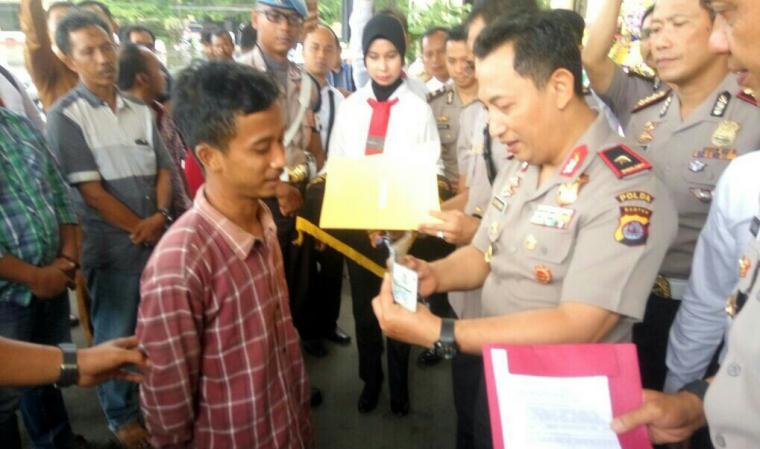 Kapolda Banten Brigjen Pol Listyo Sigit Prabowo, menyerahkan secara simbolis mobil kepada pemiliknya. (Foto: TitikNOL)