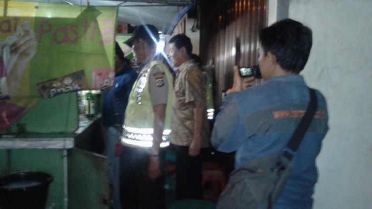 Sejumlah petugas saat tengah memeriksa gerobak pedagan jamu di ruas Jalan Kalijaga - Rangkasbitung. (Foto: TitikNOL)