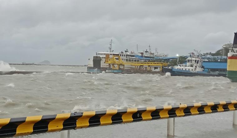 Gelombang tinggi masih terlihat di Pelabuhan Merak. (TitikNOL)