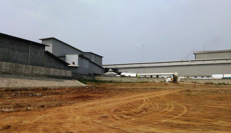 Area pabrik milik PT Aplus yang disebut cemari rumah warga. (Foto: TitikNOL)