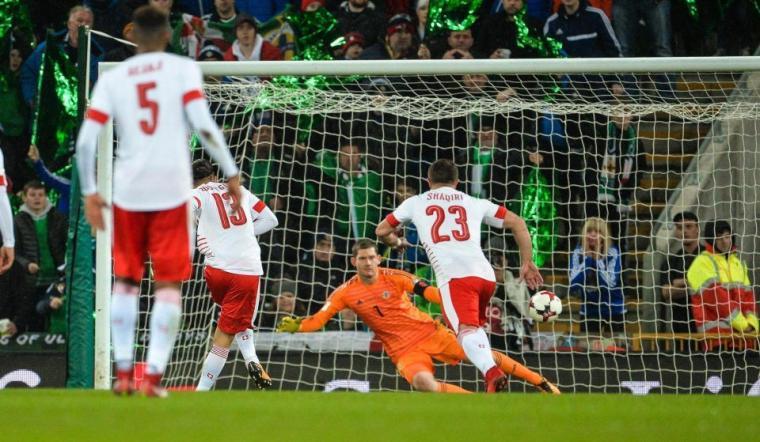 Eksekusi penalti Ricardo Rodriguez sukses menangkan Swiss atas Irlandia Utara. (Dok: thesun)