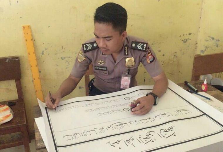 Briptu Saeful Arif Hidayatullah anggota polisi dari Polres Lebak yang mengikuti MTQ di perlombaan Kaligrafi Khatil Al Qur'an. (Foto: Dok Paur Humas Polres Lebak)