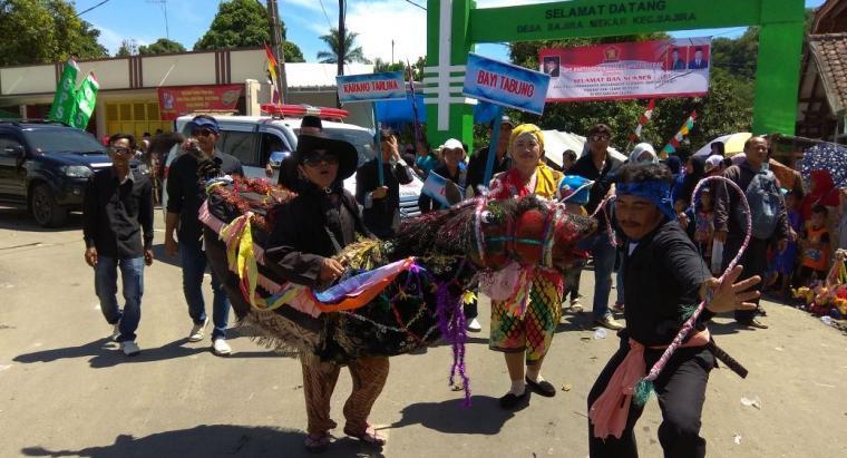 Kafilah Kecamatan Cipanas tampilkan seni Kuda Adul pada Pawai ta'aruf MTQ Lebak ke XXXVI di Kecamatan Sajira. (Foto: TitikNOL)