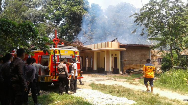 Api dapat dipadamkan oleh petugas dengan menggunakan dua unit kendaraan Damkar dan dibantu warga setempat. (Foto: TitikNOL)
