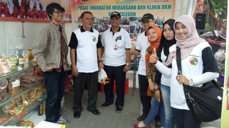Kepala Dinas Koperasi Usaha Mikro dan Kecil Kota Cilegon,Tatang Muftadi saat meninjau pameran UMKM dalam HUT Koperasi ke-70 tingkat Kota Cilegon di Krakatau Junction. (Foto: TitikNOL)
