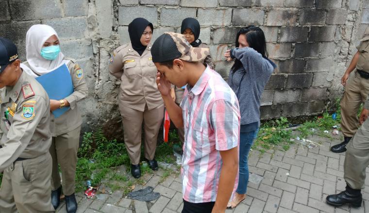 Petugas Dinas Satpol PP Kota Cilegon saat menggelandang penghuni kostan yang diduga pasangan mesum. (Foto: TitikNOL)