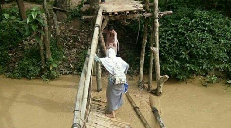 Jembatan gantung di Kampung Ciluluk, Desa Keusik, Kecamatan Banjarsari ambruk dan terputus. (Foto: Ist)