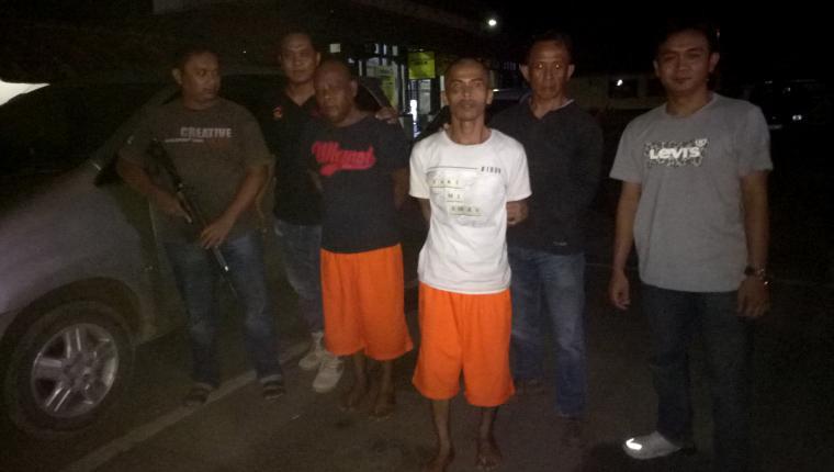 Tim Buser bersama 2 tersangka pencurian mobil sesaat sebelum dibawa untuk mencari pelaku penadah. (Foto: TitikNOL)