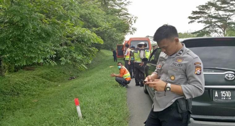 Petugas kepolisian melakukan pemeriksaan di lokasi ditemukannya mayat di jalan Tol Tangerang - Merak, Lingkungan Bogeg, Kelurahan Banjar Agung, Kecamatan Cipocok Jaya, Kota Serang. (Foto: TitikNOL)