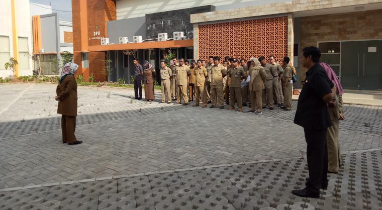 Sekda Kota Cilegon Sari Suryati saat melakukan sidak dan memimpin apel pagi di DPU-TR Kota Cilegon. (Foto: TitikNOL)