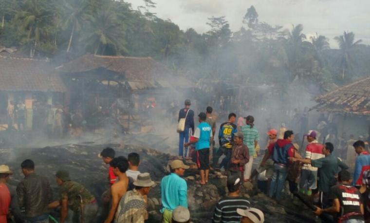 Sejumlah warga berada di lokasi rumah yang sudah rata dengan tanah akibat kebakaran hebat. (Foto: Ist)