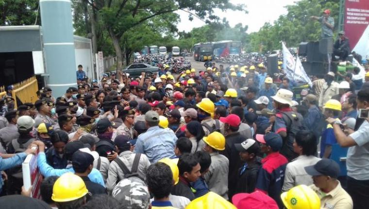 Ratusan buruh saat melakukan unjuk rasa di Gedung Teknologi PT Krakatau Steel. (Foto: TitikNOL)