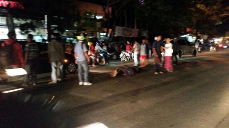 Warga berkerumun di lokasi kejadian. (Foto: TitikNOL)