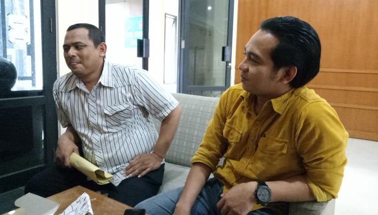 Ketua Komiso III DPRD Cilegon, Babau Suhaemi (kemeja putih) dan AK anggota DPRD Cilegon dari Fraksi Golkar (kemeja kuning) saat memberikan keterangan kepada wartawan. (Foto: TitikNOL)