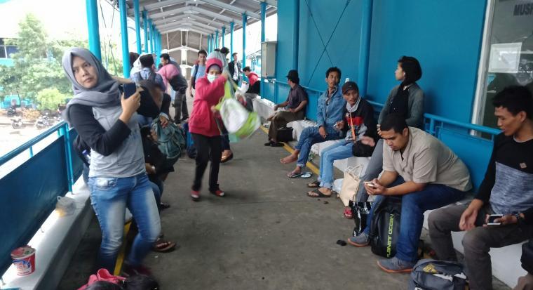 Sejumlah penumpang terlantar di pelabuhan Merak. (Foto: Titiknol)