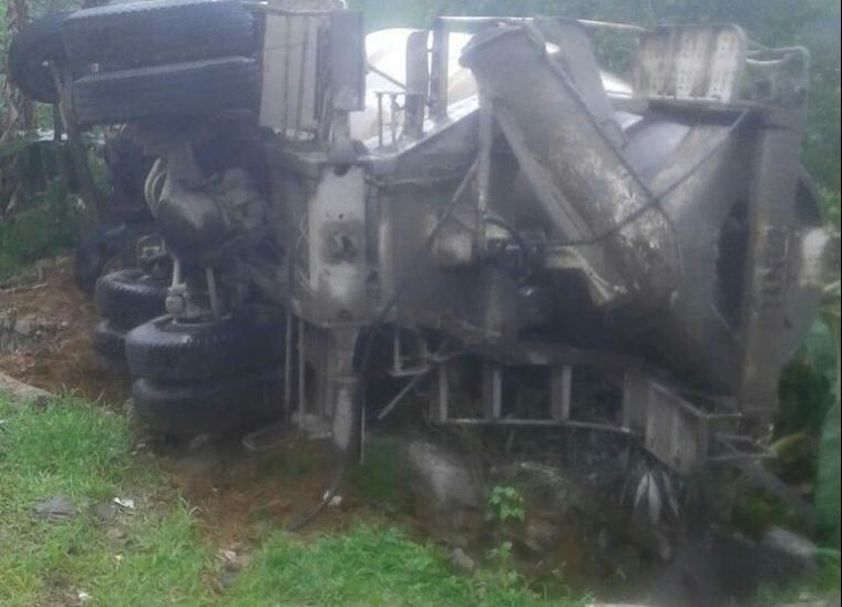 Truk pengangkut beton terguling diduga karena rem blong. (Foto: Ist)