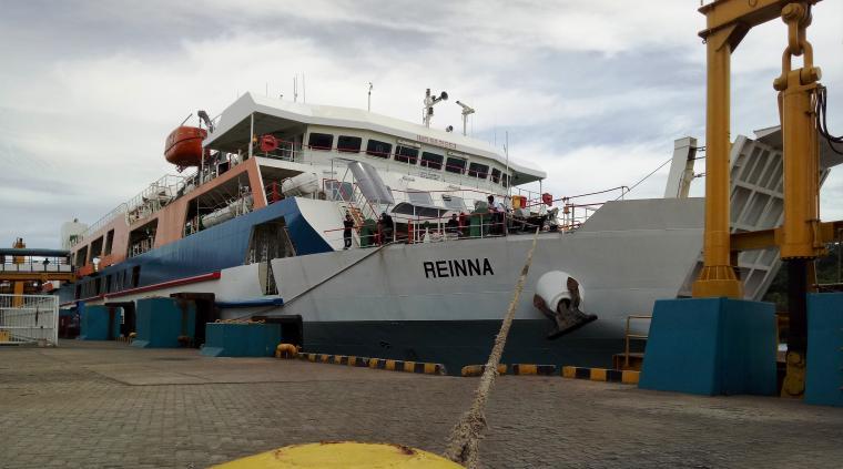 KMP Rienna saat melakukan uji sandar di dermaga III pelabuhan Merak. (Foto: TitikNOL)