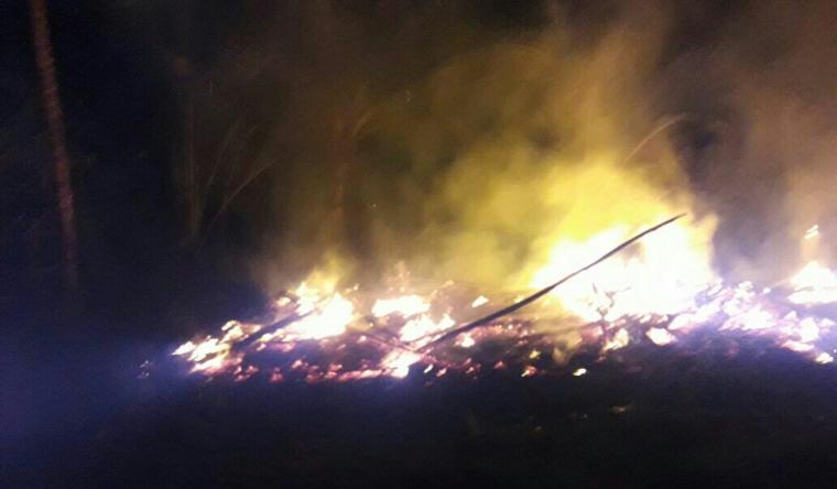 Api masih membakar rumah milik Ustadz Hikmat yang terjadi malam tadi. (Foto: Ist)