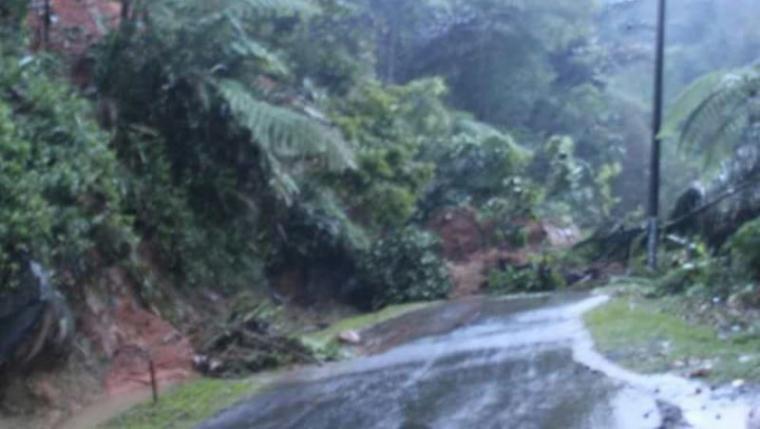 Ruas Jalan Warung Banten - Cikotok terputus akibat tertimbun tanah longsor. (Foto: TitikNOL)