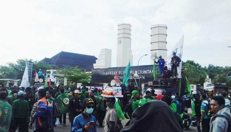 Ribuan serikat buruh dan serikat pekerja se-Banten menggelar aksi unjuk rasa tuntut Gubernur Banten agar merevisi besaran UMK yang belum lama ditetapkan di KP3B, Curug, Kota Serang. (Foto: TitikNOL)