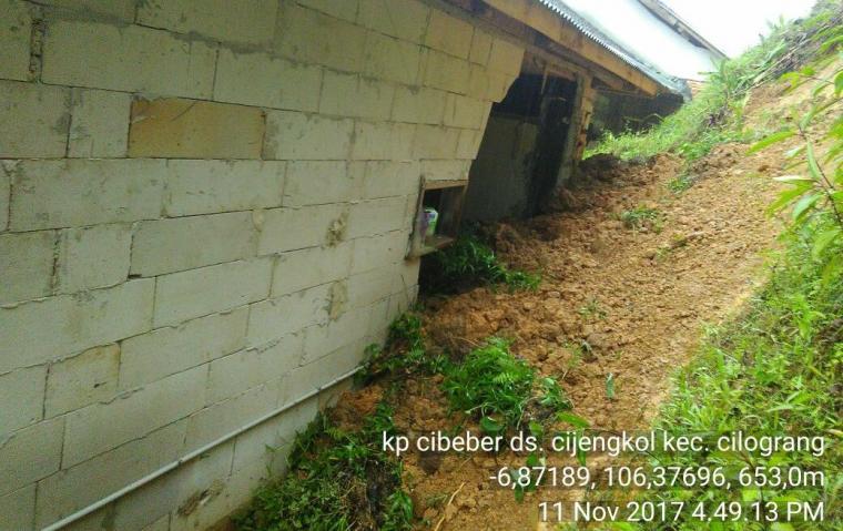 Rumah milik belasan KK di Desa Cijengkol, Kecamatan Cilograng rusak berat dan ringan akibat bencana tanah longsor. (Foto: Ist)