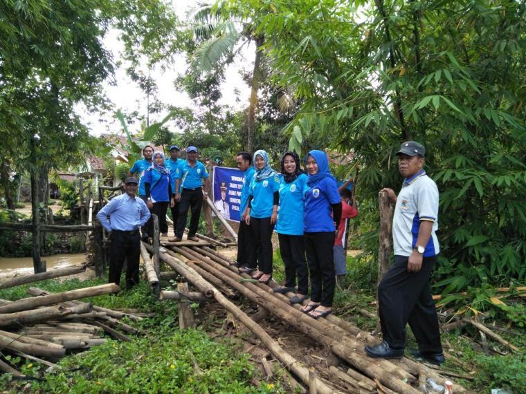 Warga bersama aparatur Pemdes Keusik dan Kecamatan Banjarsari tengah melakukan perbaikan jembatan yang ambruk. (Foto: TitikNOL)