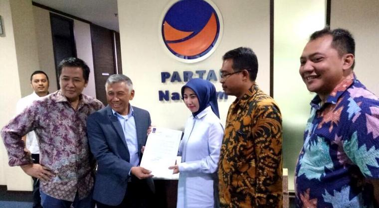 Ketua Bappilu Partai NasDem Effendy Choiry saat menyerahkan surat rekomendasi DPP Partai NasDem kepada Vera Nurlaela Jaman. (Foto: TitikNOL)