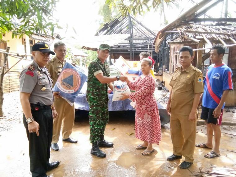 Muspika Cihara salurkan bantuan kedaruratan dari BPBD Lebak kepada tiga Kepala Kelurga korban bencana kebakaran di Kampung Cibobos, Desa Karangkamulyan. (Foto: TitikNOL)