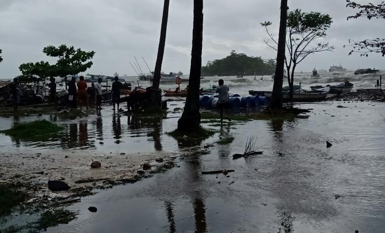 Kondisi pangkalan nelayan Mabak saat dihantam gelombang besar. (Foto: TitikNOL)