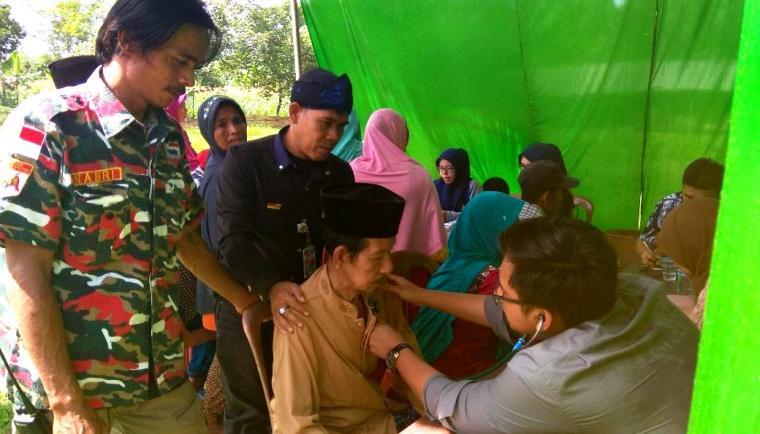 Suasana baksos pengobatan gratis oleh Ormas LMPI Marcab Lebak dengan Dinkes Banten di Kecamatan Cipanas, Kabupaten Lebak. (Foto: TitikNOL)